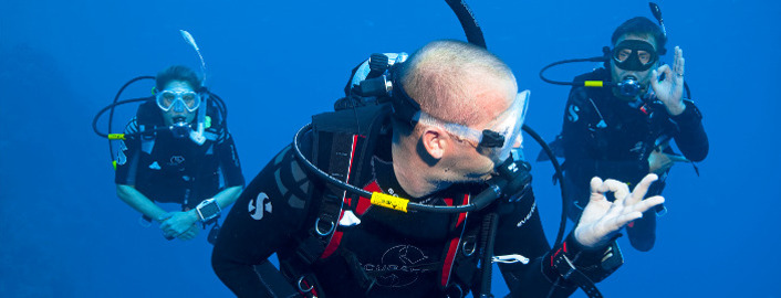 SSI Divemaster Instructor teaching supervision in open water to Divemaster candidates